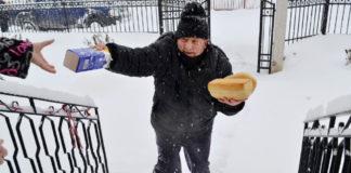O ατρόμητος φούρναρης που κάνει διανομή ψωμιού
