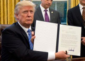 Ο Τραμπ υπογράφει το ένα διάταγμα μετά το άλλο και «ξηλώνει» το κράτος Ομπάμα