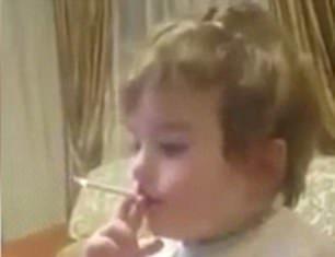 Σοκαριστικό βίντεο δείχνει ένα δίχρονο να καπνίζει και ενήλικες δίπλα να γελούν!