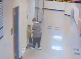 """Δασκάλα """"σαπίζει"""" στο ξύλο 6χρονο και πιάνεται στην κάμερα!"""