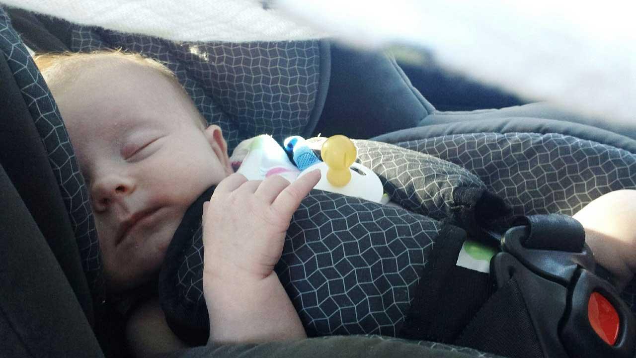 e7145a1bd10 Βρέφος πέθανε από ασφυξία ενώ κοιμόταν στο κάθισμα του αυτοκινήτου