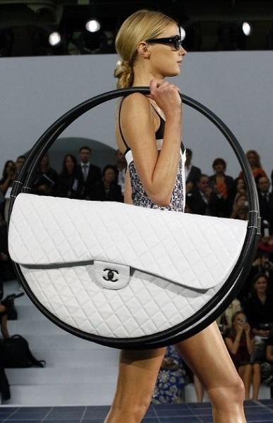 τεράστια ασπρόμαυρη τσάντα chanel